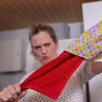 Tuulianna repii pyyhettä pussilakanan sisältä.