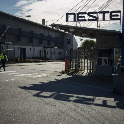 Nesteen Naantalin jalostamoalueelle johtava portti 14. syyskuuta 2020.