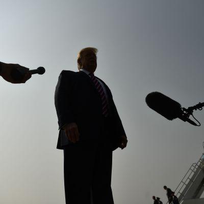 Donald Trump puhui medialle Sacramenton lentokentällä, Kaliforniassa maanantaina.