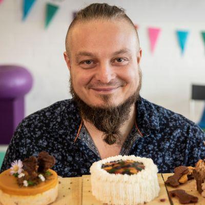 Sami Stenholm ja kolme koiran kakkua