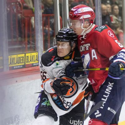 Helsingin IFK:n Ville Varakas taklaa HPK:n Santeri Lukkaa.