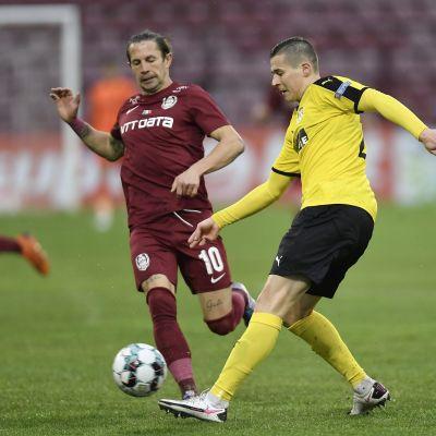 KuPSin Artur Pikk (vas.) kamppailee pallosta Cluj'n Ciprian Deacin kanssa