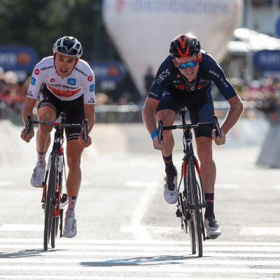 Tao Geoghegan Hart (oik.) kukisti Jai Hindleyn (vas.) niukasti Italian ympäriajon 20. etapilla.