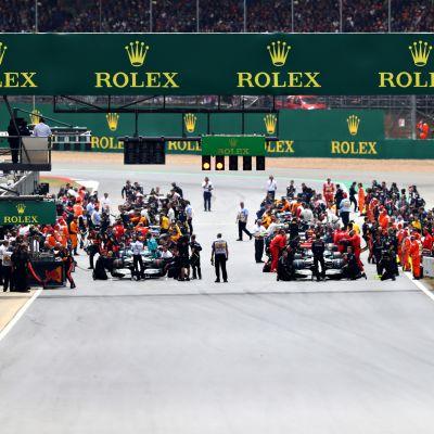 F1-autot lähdössä Silverstonessa 2019