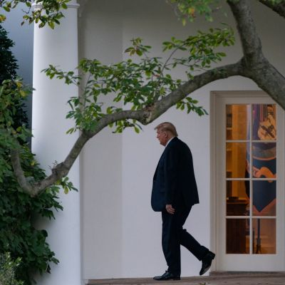Donald Trump Valkoisen talon terassilla.