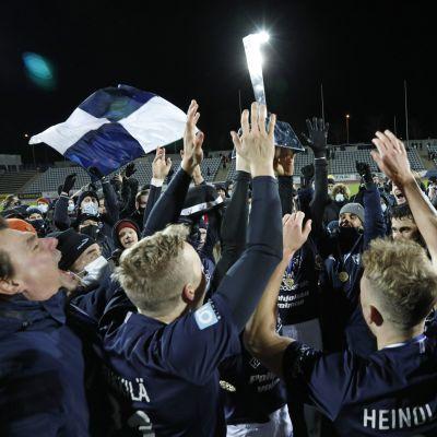 AC Oulu nosti Miesten ykkösen voittopokaalin jalkapallon miesten Ykkösen runkosarjan päätöskierroksella.