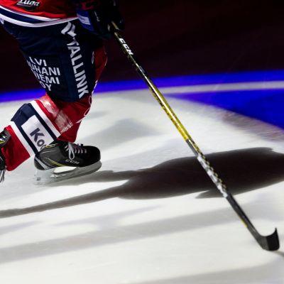 HIFK-pelaaja jäällä.