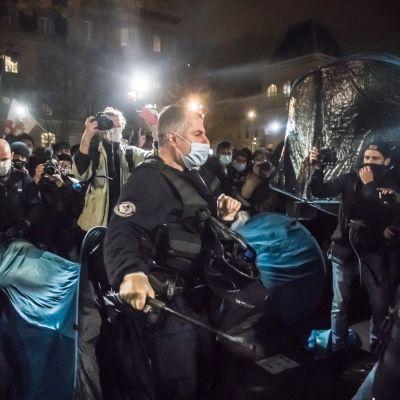 Poliisi tyhjentää turvapaikanhakijoiden telttaleiriä maanatai-iltana Pariisin keskustassa.