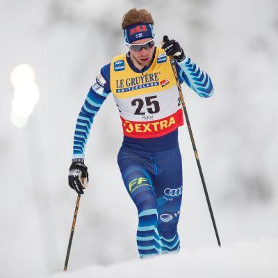 Joni Mäki hiihtää.