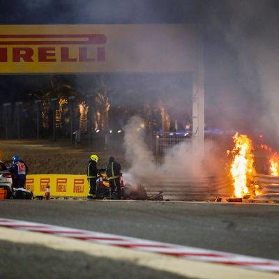 Romain Grosjeanin auto leimahti välittömästi liekkeihin.