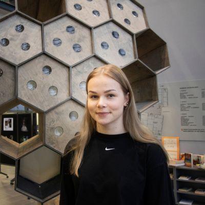 Kuvassa lukiolainen Elli-Maija Lehtimäki.