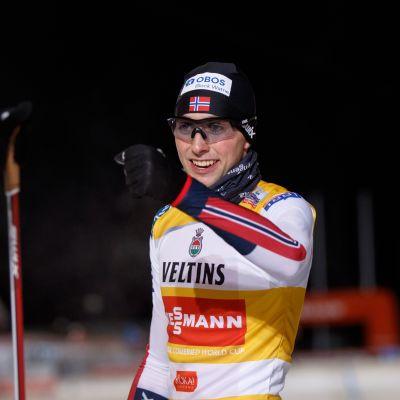 Jarl Magnus Riiber tuulettaa voittoa Rukalla.