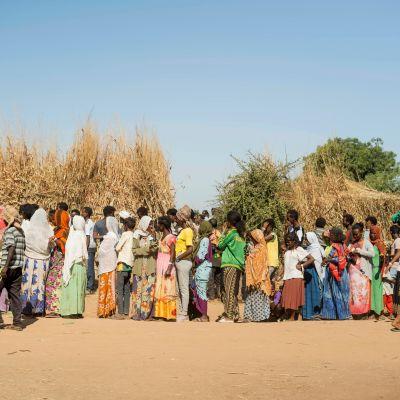 Ihmisiä ruokajonossa pakolaisleirillä Sudanissa.