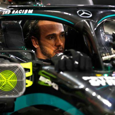 Lewis Hamilton istuu kisan jälkeen Mercedeksen F1-autossa.
