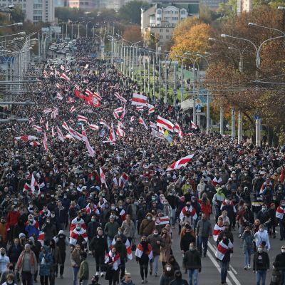 Valkovenäläiset ovat jatkaneet laajoja mielenosoitusmarssejaan pitkin syksyä ja talvea.
