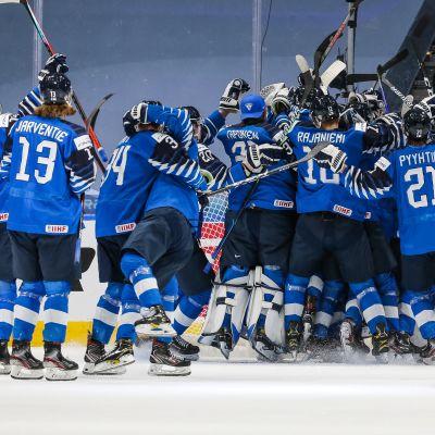 Nuorten Leijonien joukkue tuulettaa villisti välieräpaikkaa Edmontonin MM-kisoissa.