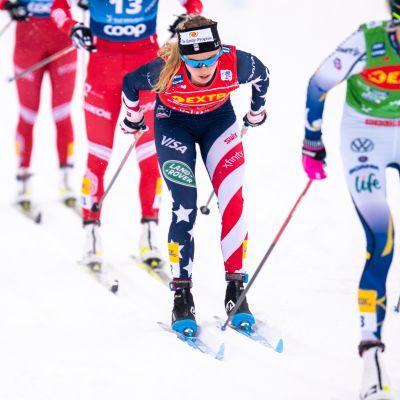 Yhdysvaltalainen Jessie Diggins vauhdissa naisten 15 kilometrin perinteisen yhteislähtökisassa.