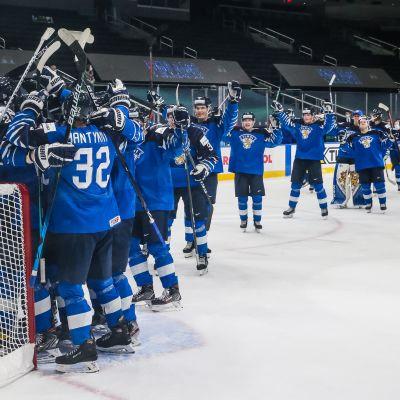 Nuoret Leijonat kerääntyi Kari Piiroisen ympärille juhlimaan MM-pronssia Edmontonissa.
