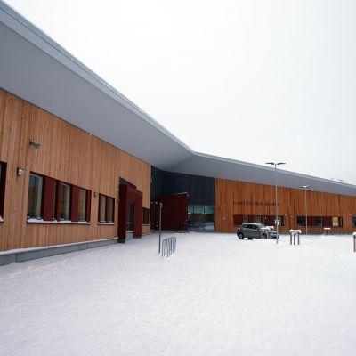 Juvan uusi koulua ulkoapäin kuvattuna.