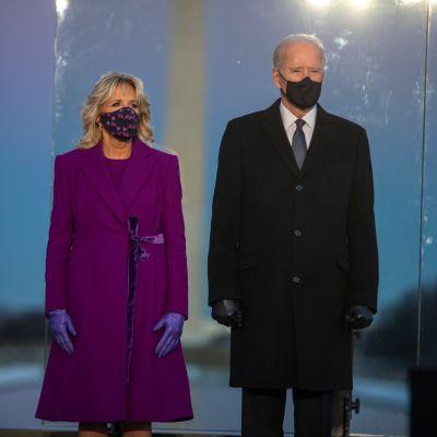 Joe Biden osallistui virkaanastujaistensa aattona koronan uhrien muistotilaisuuteen yhdessä vaimonsa Jillin kanssa.