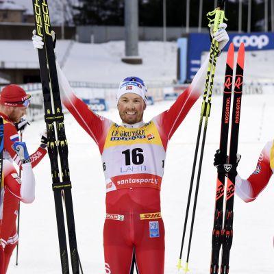 Norjan Emil Iversen tuulettaa yhdistelmäkisan voittoa Salpausselällä. Vierellä poseeraavat kisan kakkonen Sjur Röthe ja kolmanneksi sijoittunut Pål Golberg.