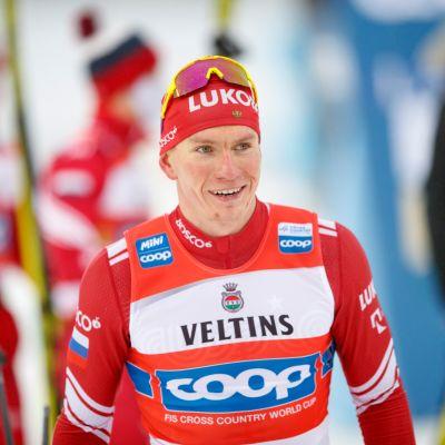 Aleksandr Bolshunov hymyilee maalialueella miesten viestin jälkeen Lahdessa.