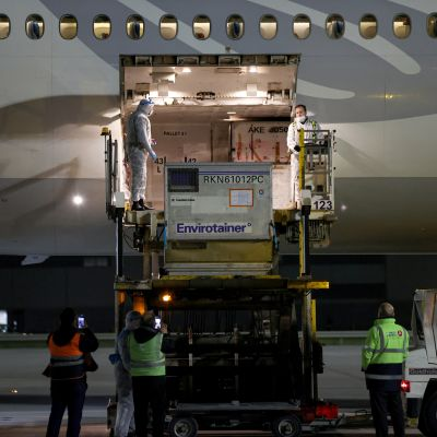 Rokotekonttia nostetaan Turkish Airlinesin lentokoneesta Istanbulissa.