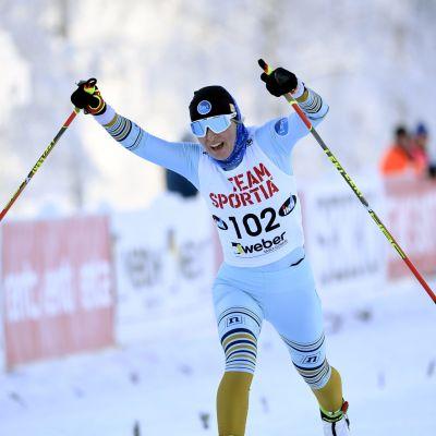 Riitta-Liisa Roponen tuuletti maaliviivalla voitettuaan Suomen mestaruuden 10 kilometrin vapaalla Pyhäjärvellä.