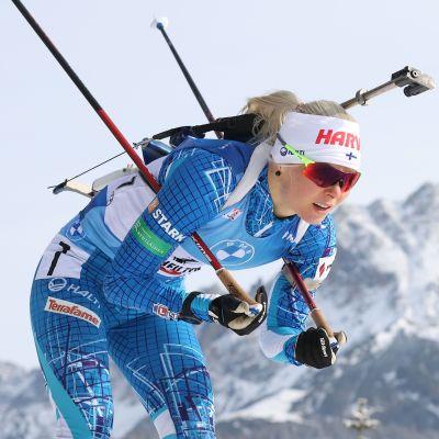 Mari Eder hiihtää vuoristomaisemissa.