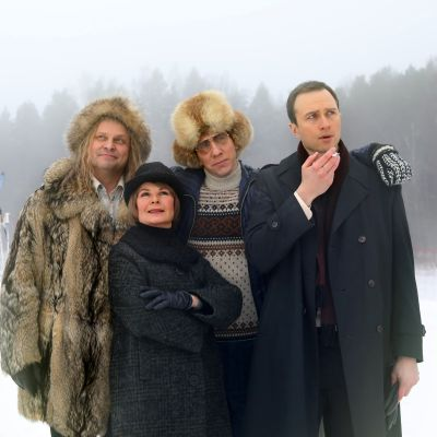 Ismo Apell (vas.), Karoliina Kudjoi, Aku Hirviniemi ja Eino Heiskanen Hymyä!-sarjan ensimmäisenä kuvauspäivänä Tampereella.