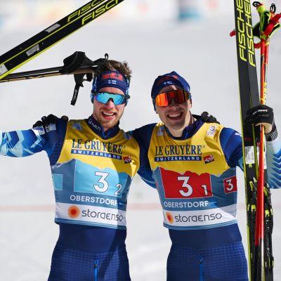 Joni Mäki ja Ristomatti Hakola voittivat sunnuntaina MM-hopeaa Oberstdorfissa hiihdetyssä parisprintissä.