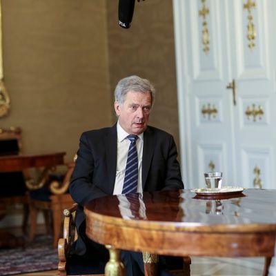Tasavallan presidentti Sauli Niinistö on yksi johtavista poliitikoista, jotka kertovat sarjassa koronan herättämistä tunnoistaan.