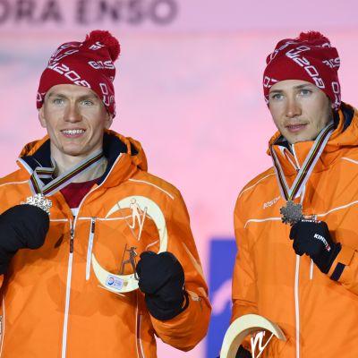 Aleksandr Bolshunov ja Gleb Retivyh poseerasivat kuvaajille palkintojenjaossa Oberstdorfin parisprintin jälkeen.