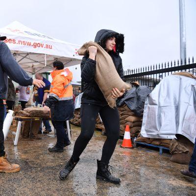 Vapaaehtoistyöntekijät jakoivat lauantaina Penrithin kaupungin asukkaille hiekkasäkkejä tulvien hillitsemiseen.