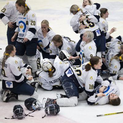 Kiekko-Espoon pelaajat juhlivat Suomen mestaruutta kasassa.