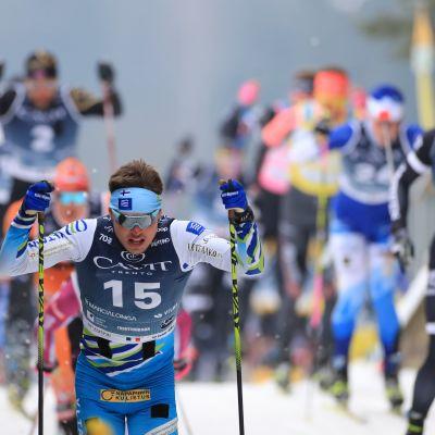 Ari Luusua hiihtää.