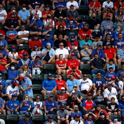 Texas Rangersin faneja istuu vieri vieressä koronapandemian aikana katsomossa. Tyhjiä penkkejä ei juurikaan ole.