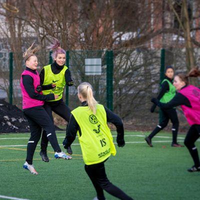Puolustaja Eerika Hämäläinen (vas.) ja hyökkääjä Piipa Kämppi kuuluvat sarjanousija Helsingin Palloseuran avainpelaajiin.