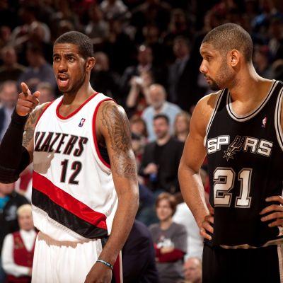 LaMarcus Aldridge (vas.) pelasi yhdeksän kautta Portlandissa. San Antonion Tim Duncan (oik.) oli usein hänen vastustajansa, myöhemmin kaksikosta tuli seurakavereita Spursissa.