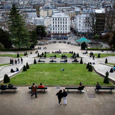 Turistit ovat pandemian aikana kaikonneet Euroopan kaupungeista. Kuvassa turistien normaalisti täyttämä Montmartren kukkula Pariisissa maaliskuun lopulla.