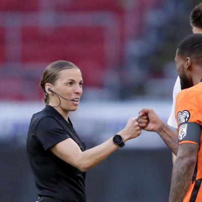 Hollannin Georginio Wijnaldum oli ainakin innoissaan, kun Stephanie Frappart jakoi tuomioita MM-karsintaottelussa Latviaa vastaan.