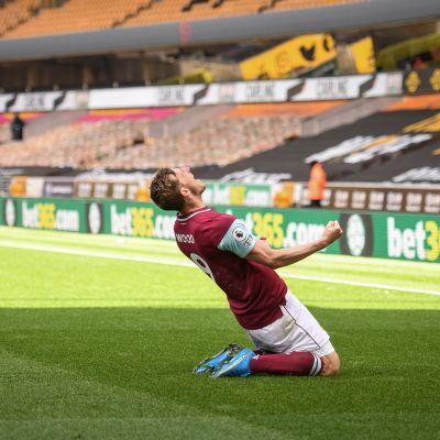 Chris Wood tuulettaa maalia polvillaan.