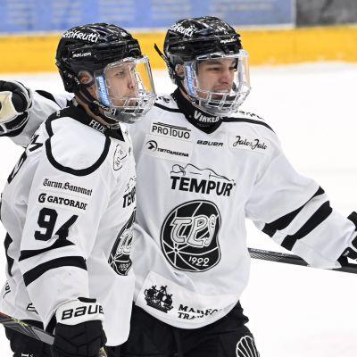 TPS:n Henrik Larsson (vas.) ja Ruslan Ishakov juhlivat avausmaalia Raumalla