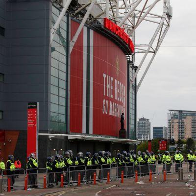 Poliiseja Old Traffordin stadionin edessä.