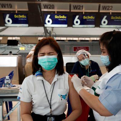 Lentomatkailualan työntekijöitä rokotettiin matkustajista tyhjentyneellä Bangkokin lentoasemalla huhtikuussa.