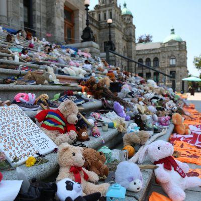 Brittiläisen Kolumbian parlamenttitalon portaille on tuotu leluja ja kenkiä alkuperäisväestön lasten muistolle.