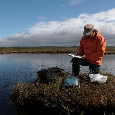 Vesinäytteitä kerätään Lapin erämaa-alueilta.