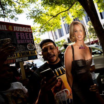 Mielenosoittajat ilmaisivat tukeaan Britney Spearsille oikeustalon edessä Los Angelesissa keskiviikkona.