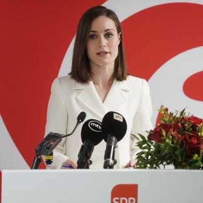 Sanna Marin puhumassa SDP:n tilaisuudessa.