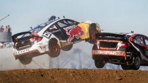 Joni Wimans bil flyger i luften i ett rallycrosslopp.